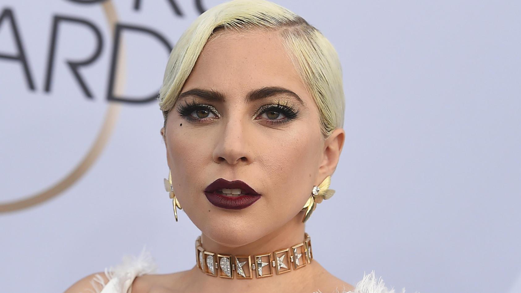 Lady Gaga punktet oft mit dramatischem Make-up und Outfits, doch nun zeigt sich die Sängerin auf einem Selfie ganz ungeschminkt.
