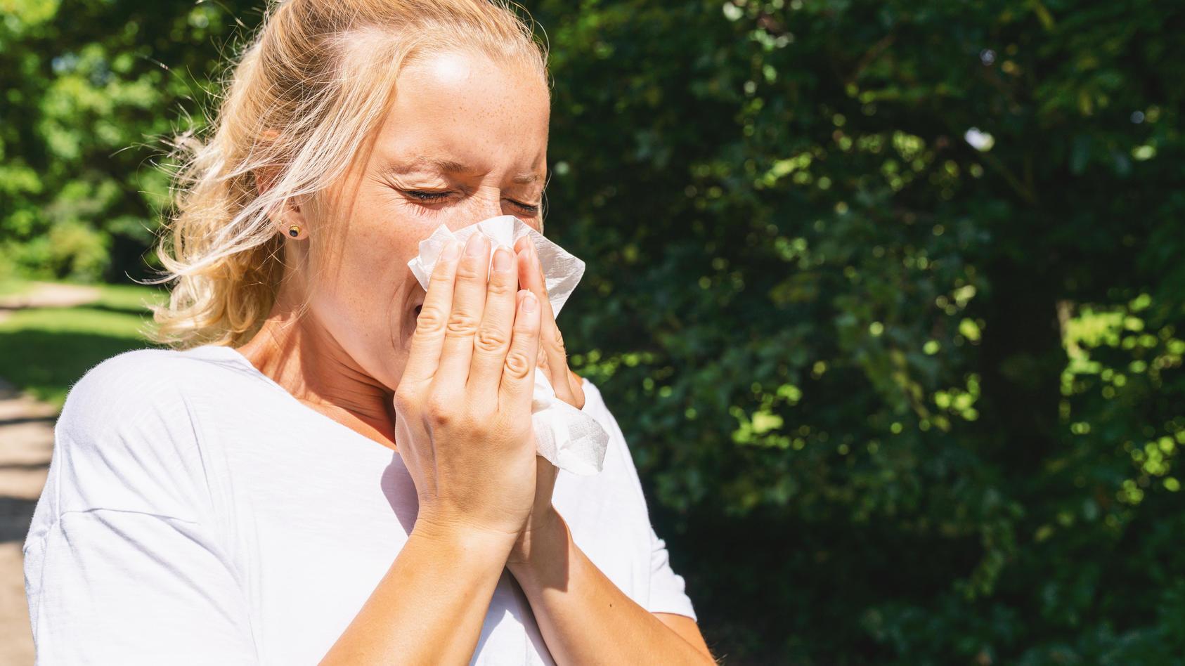 Heuschnupfengeplagte sollten sich schon im Frühjahr mit ihren Symptomen beschäftigen.