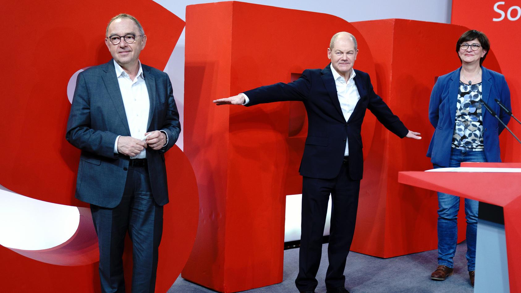 Norbert Walter-Borjans, Olaf Scholz und Saskia Esken (von links nach rechts)  stellen Wahlprogramm der SPD für die Bundestagswahl vor.
