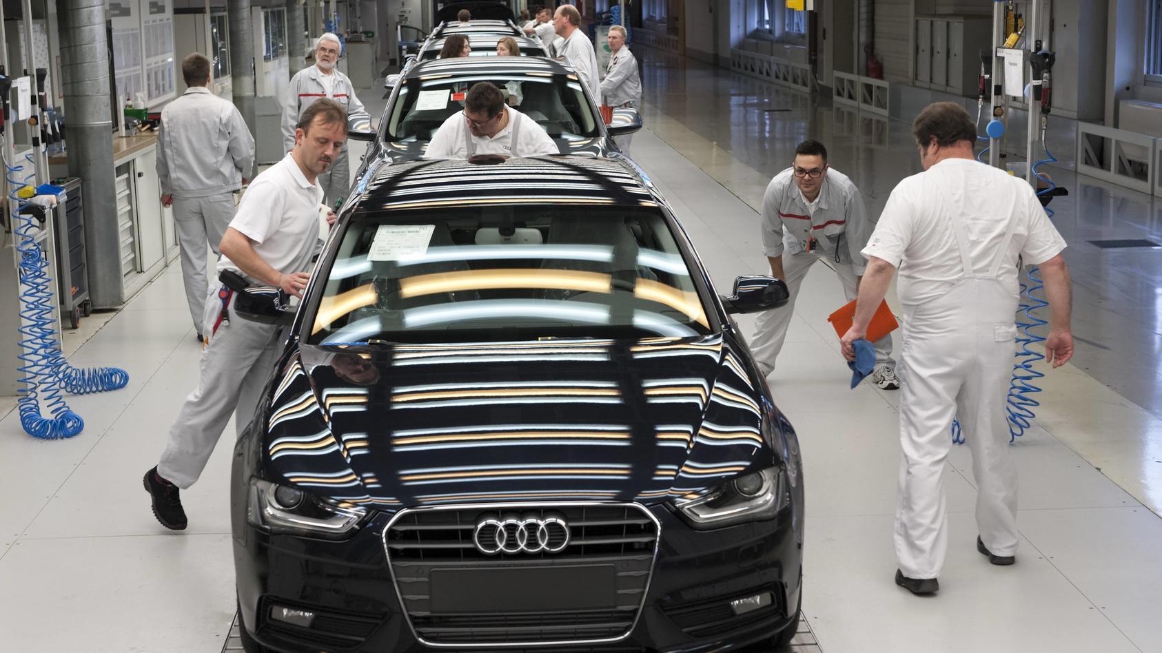 Ein Audi A4 Avant steht auf der Endabnahme-Linie für Fahrzeuge des Typs Audi A4 Avant und Q5, die dreifarbigen Leuchtst
