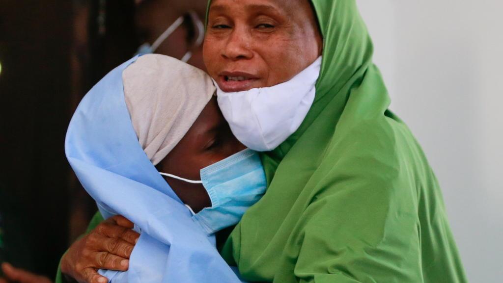 Glücklich schließt diese Mutter ihr Kind wieder in die Arme.