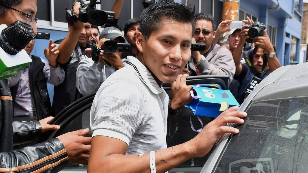 ARCHIV - 06.12.2016, Bolivien, Cochabamba: Erwin Tumiri (M) verlässt das Krankenhaus. Ein Überlebender des Flugzeugunglücks des brasilianischen Fußballvereins Chapecoense ist dem Tod ein zweites Mal von der Schippe gesprungen. Erwin Tumiri überlebte