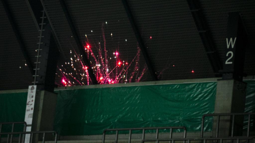 GER, DFB Pokal Viertelfinale, Rot Weiss Essen Holstein Kiel / 03.03.2021, Stadion Essen, Essen, GER, DFB Pokal Viertelfinale, Rot Weiss Essen vs Holstein Kiel, im Bild Feuerwerk auf der Strasse hinter dem Stadion wird waehrend des Spiels Feuerwerk a
