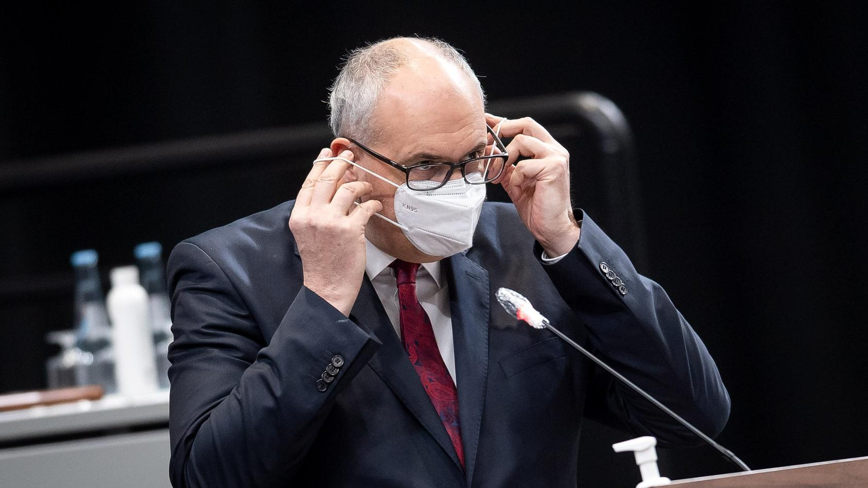 Bremens Bürgermeister Andreas Bovenschulte setzt sich seine Maske auf (Symbolbild)