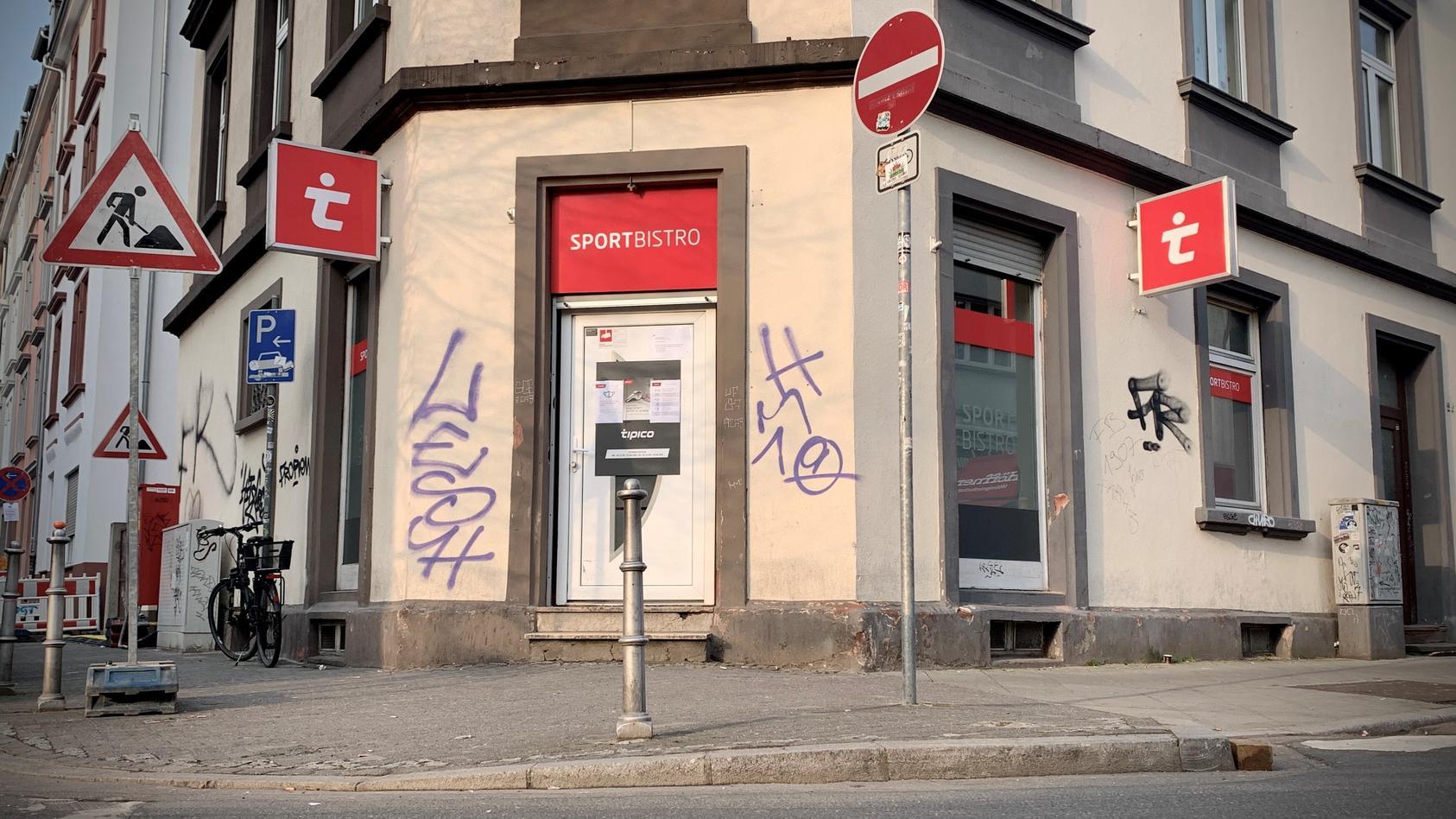 Das Wettbüro in der Bornheimer Mainkurstraße wurde am 27. Februar durch den Hintereingang überfallen. Die Beute: Mehrere Tausend Euro.