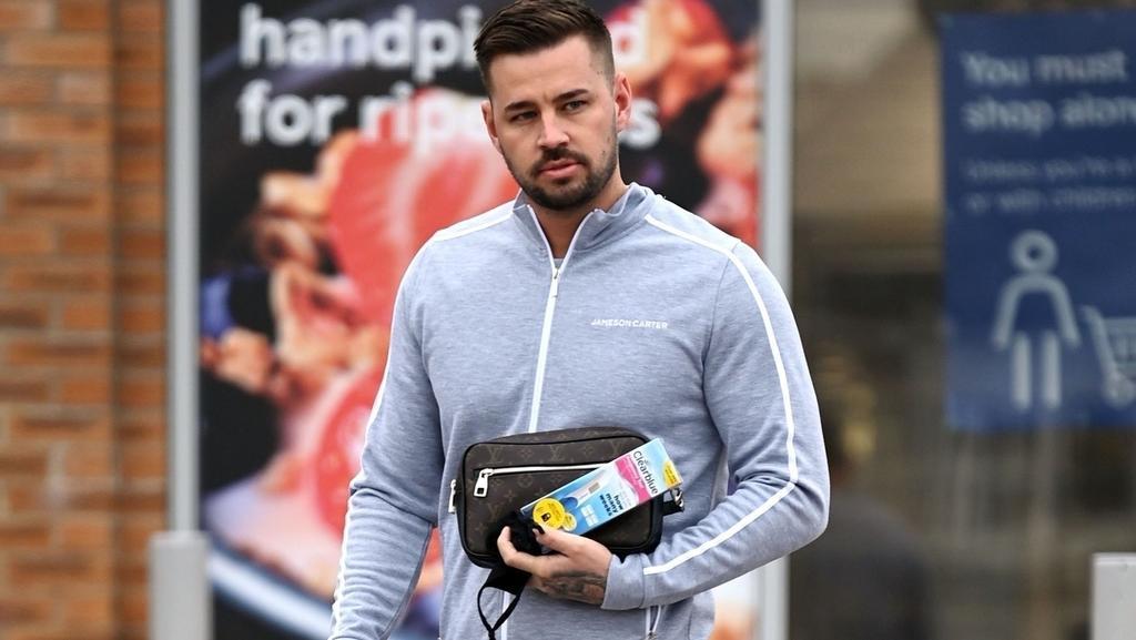 Carl Woods, der Freund von Katie Price, wird beim Verlassen eines Supermarktes mit einem gekauften Schwangerschaftstest unterm Arm fotografiert.
