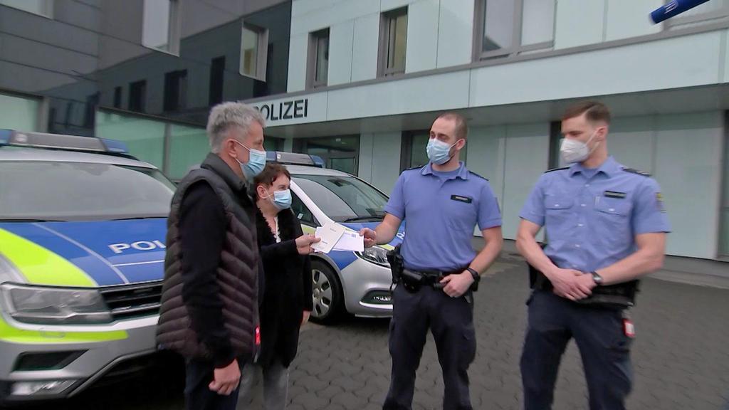 Übergabe bei der Polizei Kassel