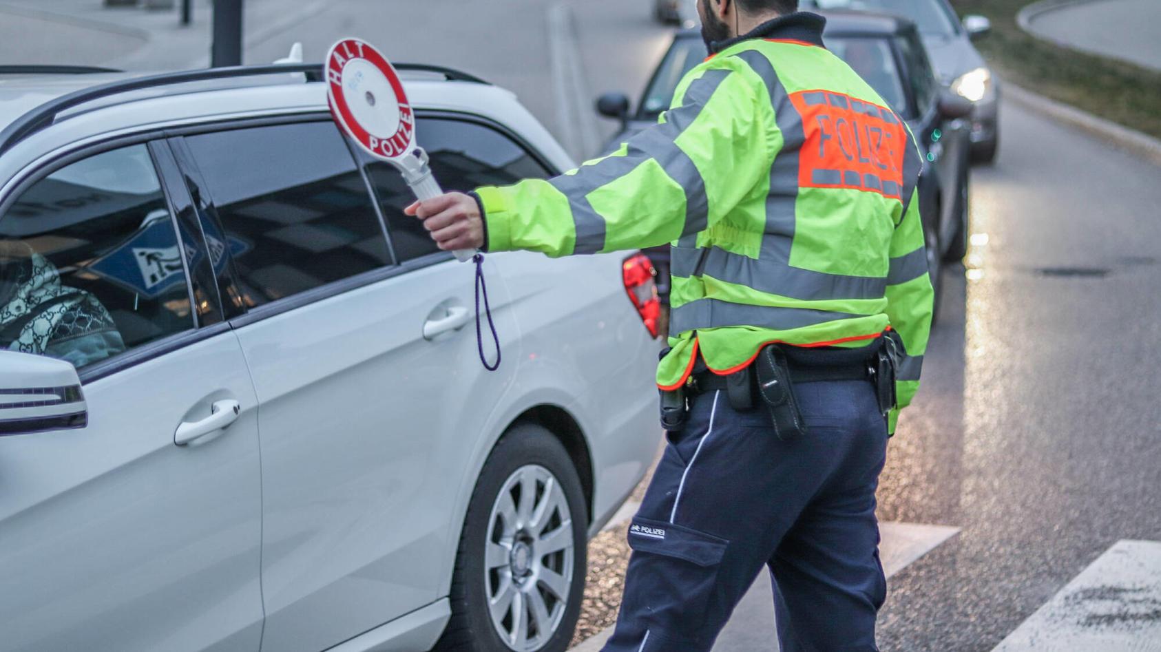 Mit einer Lügengeschichte hat ein 26-Jähriger in der niedersächsischen Stadt Celle versucht, einer Strafe wegen Fahrens ohne Führerschein zu entgehen. (Symbolbild)