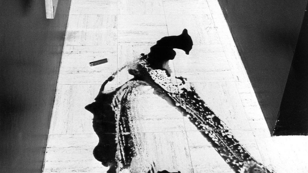 ARCHIV - 06.03.1981, Schleswig-Holstein, Lübeck: Blick über die Blutlache und Anklagebank auf die Tür, von wo aus die tödlichen Schüsse auf Klaus Grabowsky fielen (Archivfoto vom 06.03.1981). Am 6. März 1981 erschoss die Gastwirtin Marianne Bachmeier
