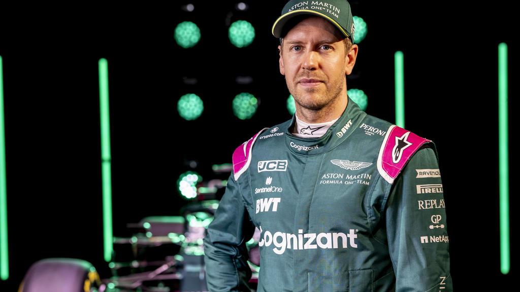 HANDOUT - 03.03.2021, Großbritannien, Gaydon: Motorsport: Formel-1. Die von Aston Martin zur Verfügung gestellte Aufnahme zeigt Sebastian Vettel bei der Präsentation des neuen Formel-1-Wagens AMR21 des Herstellers Aston Martin. Foto: Glenn Dunbar/Ast