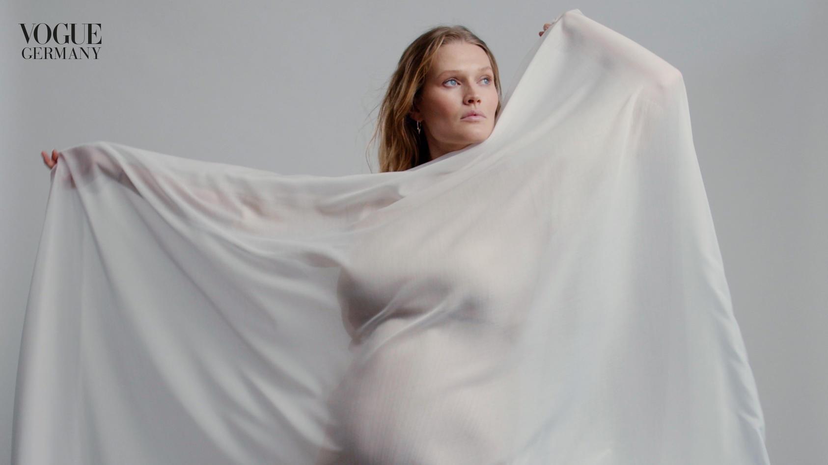 Es ist nicht zu übersehen und damit endgültig offiziell: Das deutsche Supermodel Toni Garrn erwartet ein Baby.