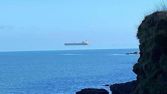 Das Schiff scheint wegen eines seltenen Naturphänomens zu schweben.
