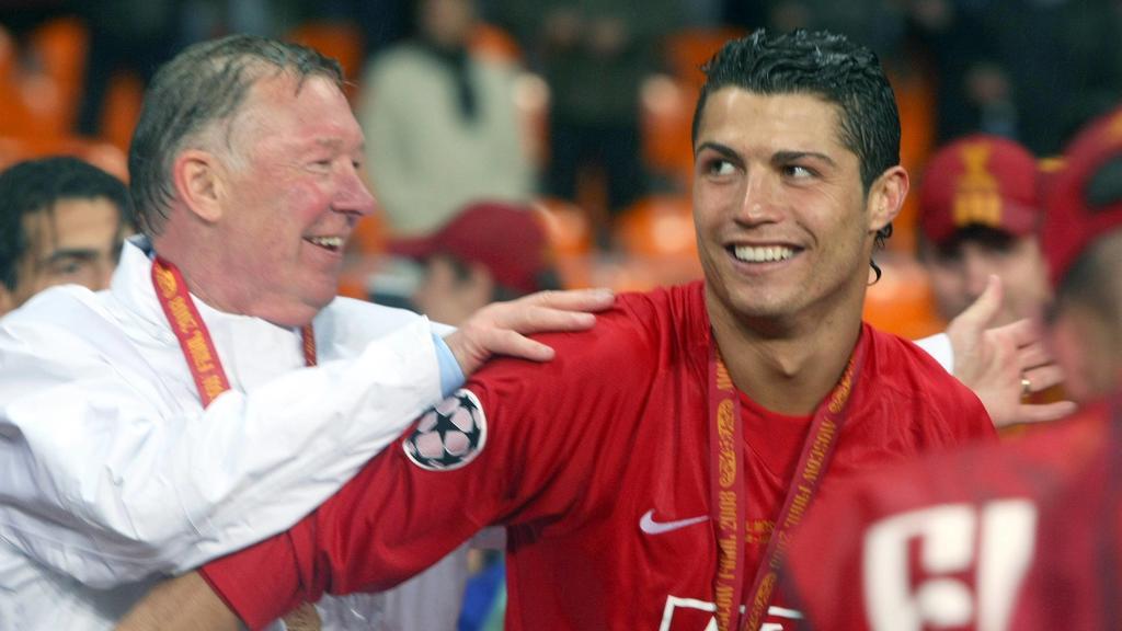 Cristiano Ronaldo und Trainer Sir Alex Ferguson beide Manchester United freuen sich über den Gewinn der Champions League 2008 - PUBLICATIONxNOTxINxRUS