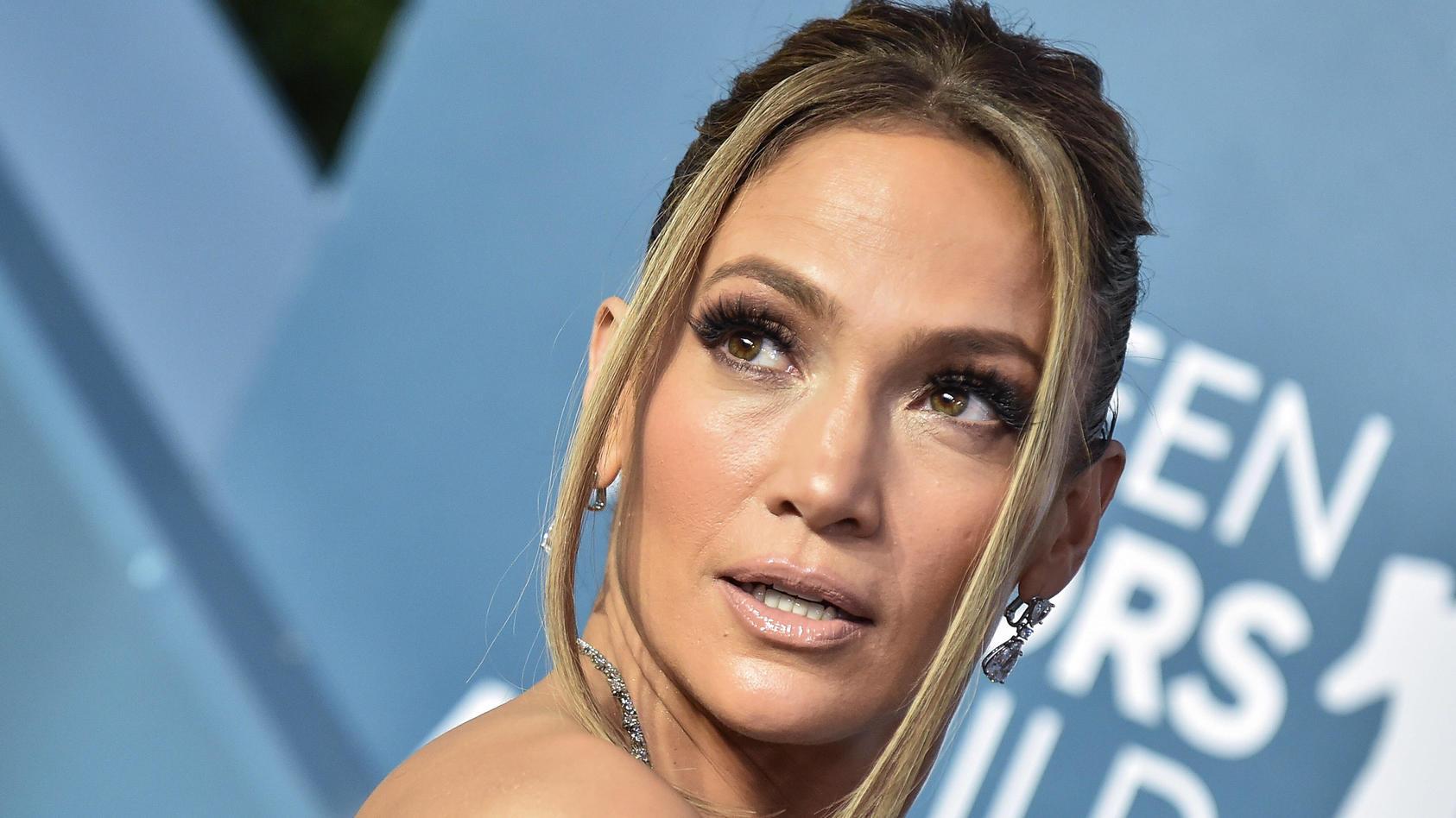 Jennifer Lopez zeigt sich leicht bekleidet im Bett.