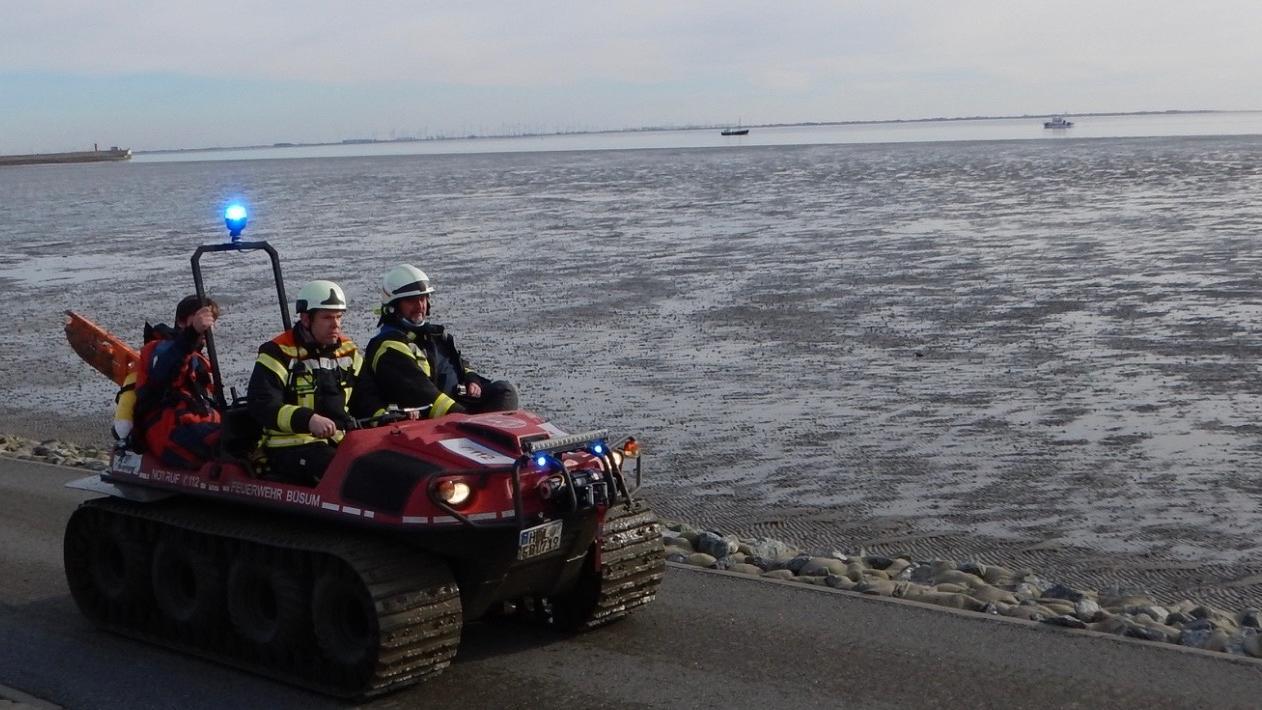 Mit dem Amphibienfahrzeug ARGO gelang es der Feuerwehr Büsum zu der Person im Watt vorzudringen.