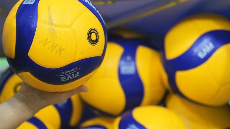 Volleybälle liegen in einer Halle. Foto: Soeren Stache/dpa-Zentralbild/dpa/Symbolbild