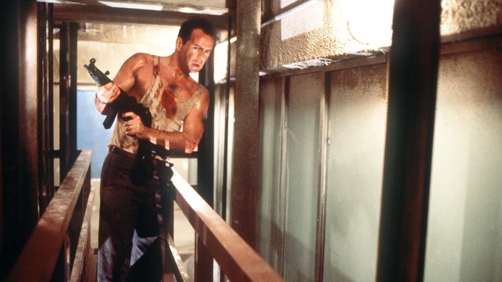 """Der amerikanische Schauspieler Bruce Willis als New Yorker Cop John McClane in einer Szene des Action-Thrillers """"Stirb Langsam"""" (""""Die Hard"""") von 1988."""