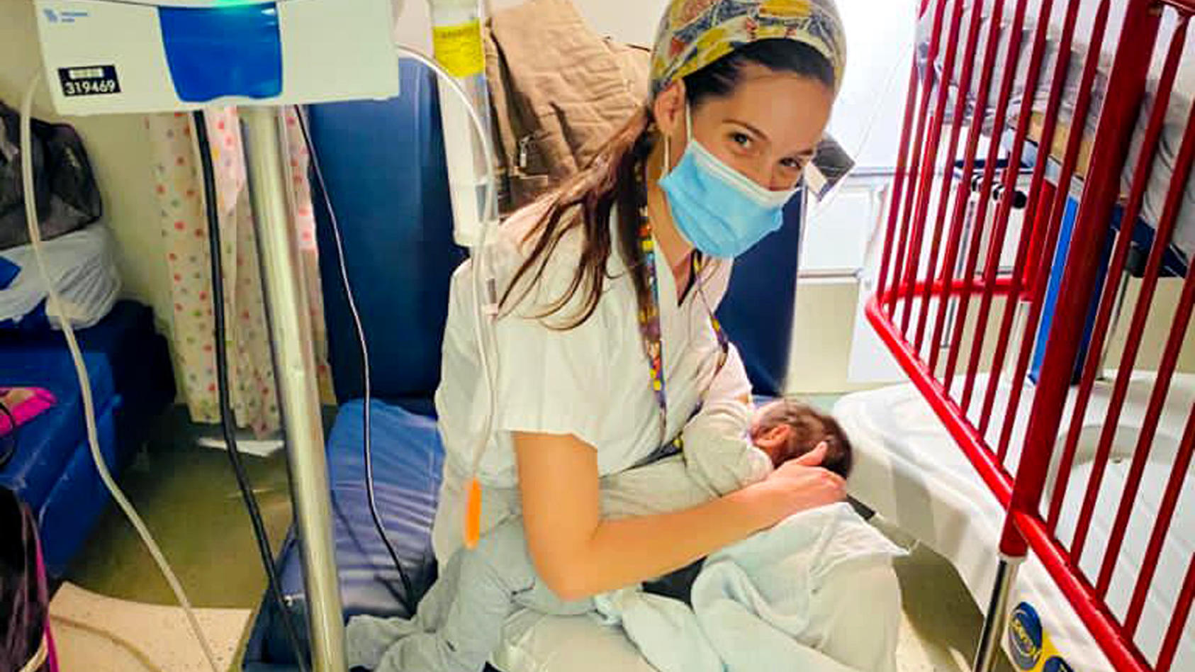 Krankenschwester Jael Cohen stillt ein vier Monate altes Baby in der Hadassah-Klinik, nachdem die Mutter, eine Palästinenserin, bei einem Unfall schwer verletzt in das Jersualemer Krankenhaus gebracht worden war.