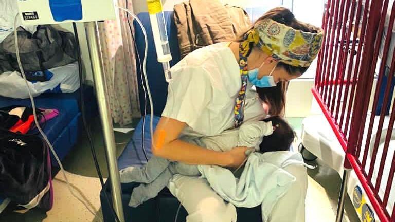Krankenschwester Yael Cohen stillt das Baby einer Patientin.