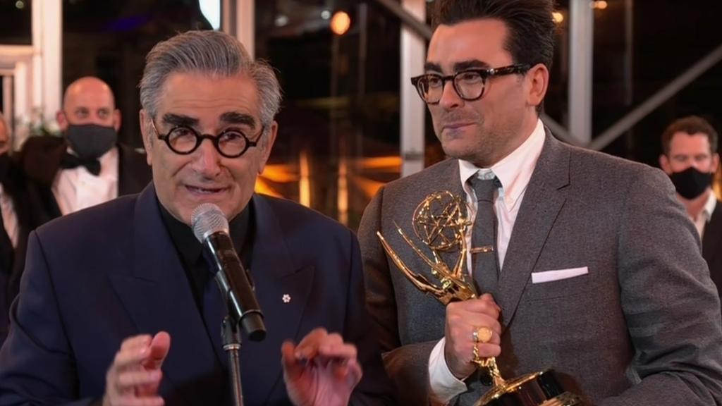 """Eugene Levy und sein Sohn Dan nehmen einen Emmy für """"Schitt's Creek"""" entgegen"""