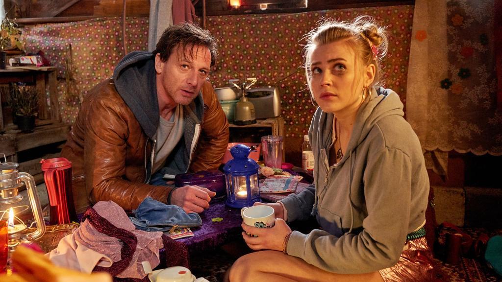Stefan (Hendrik Duryn) entdeckt Bibi (Jeanne Goursaud) in der Gartenhütte. Sie hat Angst vor der Zukunft.