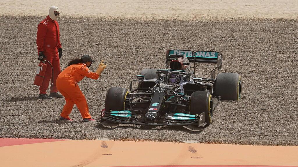 Lewis Hamilton steckt im Kies von Bahrain fest