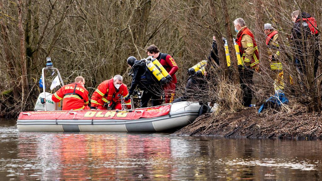 14.03.2021, Niedersachsen, Hannover: Einsatzkräfte von DLRG und Feuerwehr sind mit einem Boot auf dem Laher Teich, einem Baggersee im Nordosten der Stadt, unterwegs. Zwei Jungen im Alter von acht und neun Jahren waren in dem Gewässer ertrunken, nachd