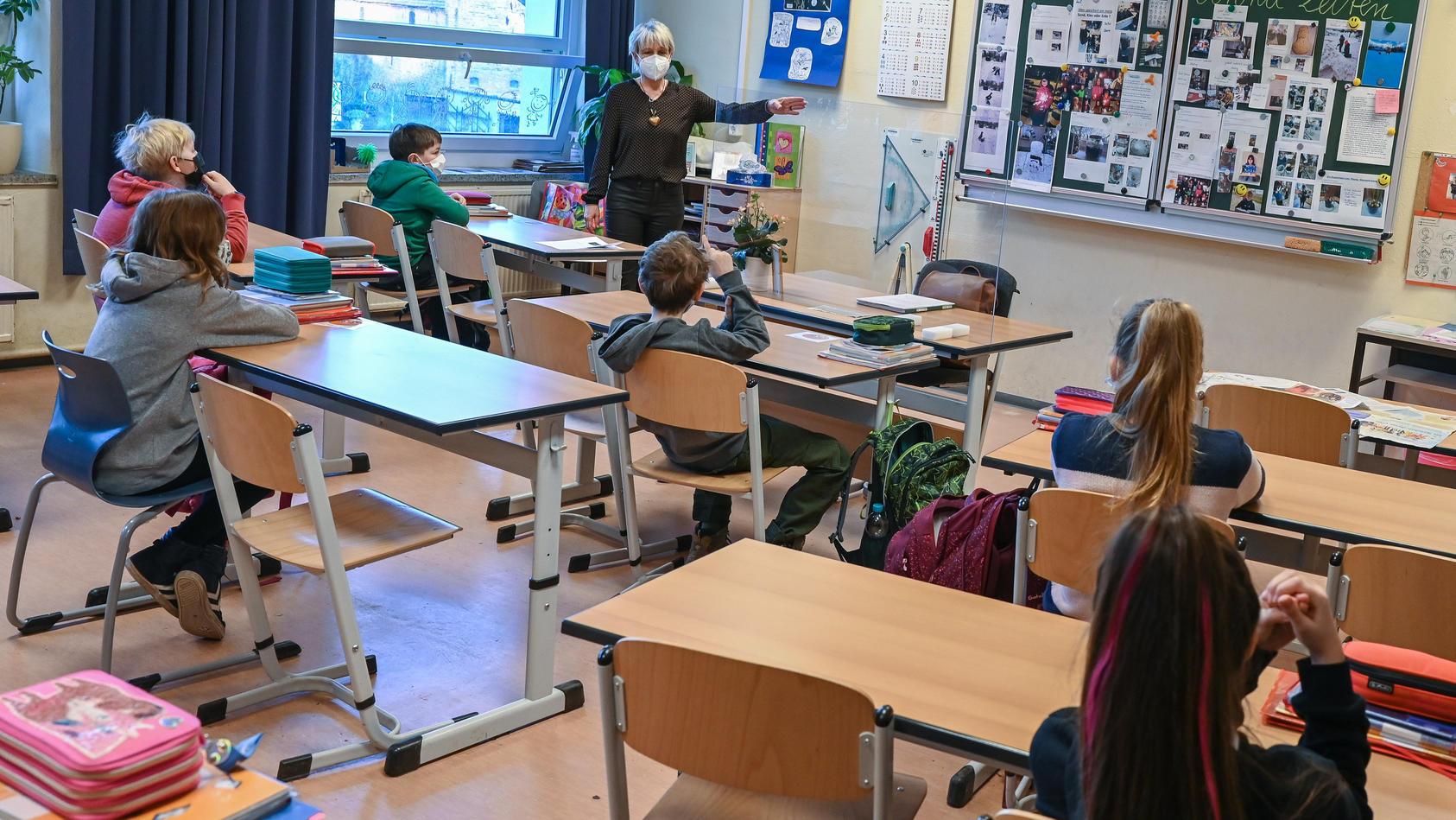 Im Wechselunterricht bleiben viele Stühle leer.