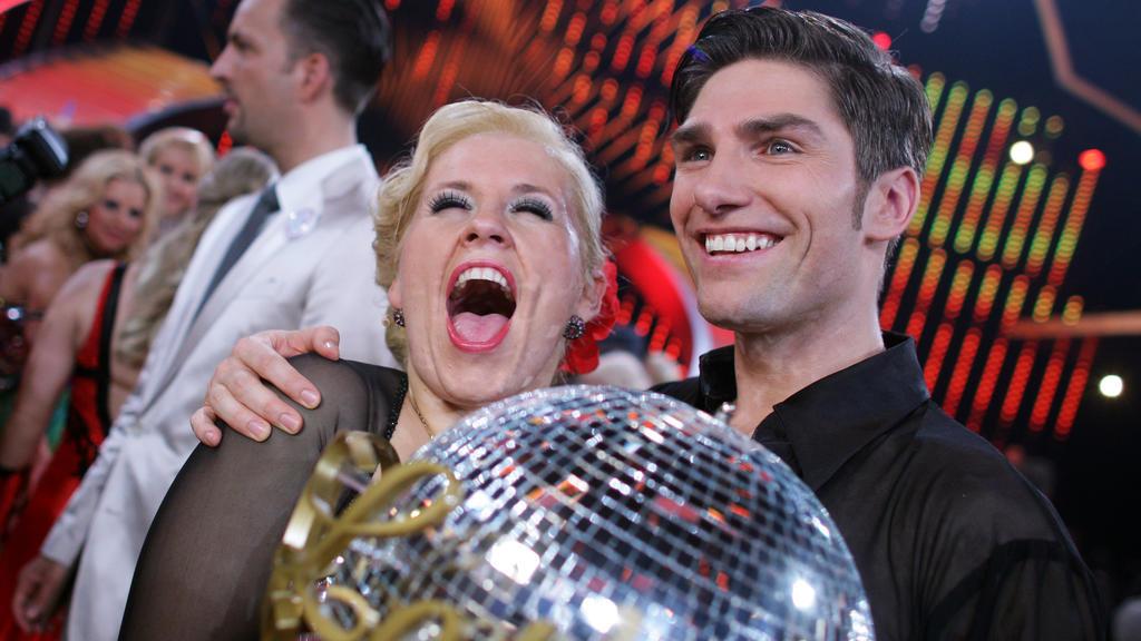 ARCHIV - 18.05.2011, Nordrhein-Westfalen, Köln: Sängerin Maite Kelly und Tänzer Christian Polanc freuen sich im Coloneum in Köln mit dem Siegerpokal. Kelly gewann 2011 die RTL-Tanzshow «Let's Dance». (zu dpa: «Maite Kelly feiert ihr «Let's Dance»-Jub