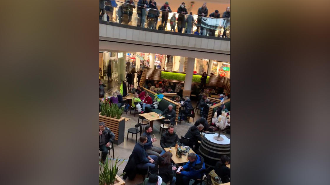 Hunderte sitzen in der Kasseler Königs-Galerie ohne Maske und Abstand an den Tischen.
