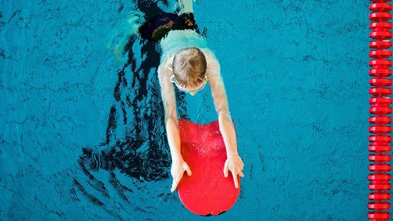 Ein Junge nimmt an einem Schwimmkurs für Kinder teil. Foto: Rolf Vennenbernd/dpa/Archivbild