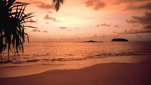 Der Sonnenuntergang an der Südküste Sri Lankas taucht den Strand in orangefarbenes Licht. Undatiertes Foto., The sunset at the Southern coast of Sri Lanka colours the beach orange. Undated photo.