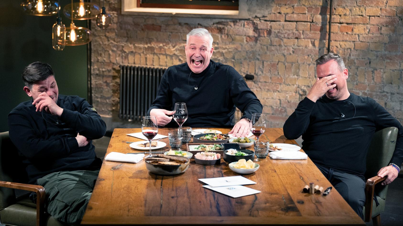 """Tim Mälzer, Alexander Herrmann und Tim Raue in der """"Kitchen Impossible - Best Friends Edition""""."""