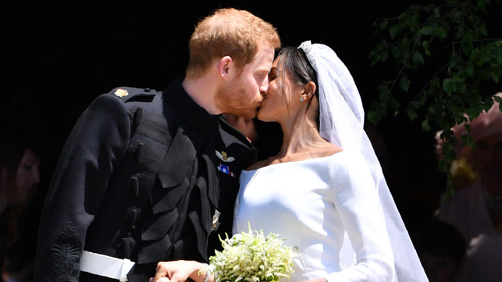 Dieses Kuss-Foto entstand an Harrys und Meghans ganz offiziellen Hochzeitstag.