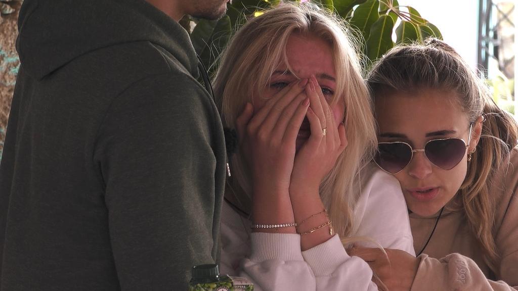 Alex entcouplet sich von Emilia, die sehr traurig darüber ist.