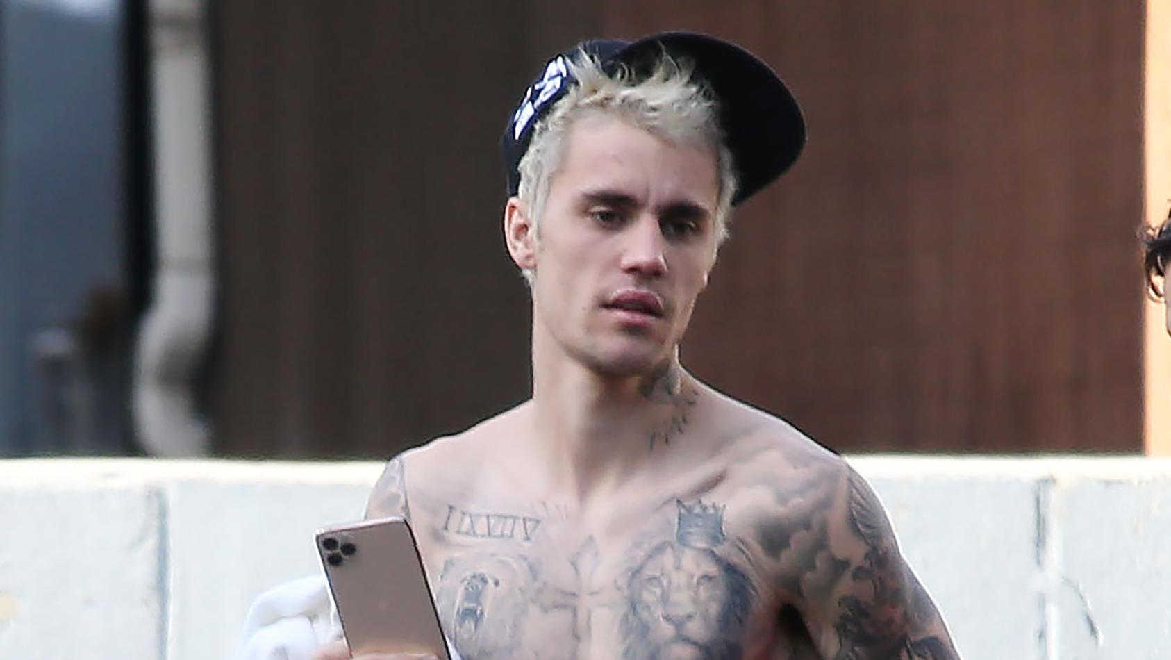 Justin Bieber zeigt seine Tattoos.