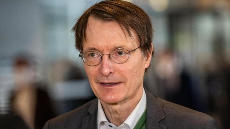 SPD-Gesundheitsexperte Karl Lauterbach (58) will nicht für immer Single bleiben. Foto: Michael Kappeler/dpa/Archivbild