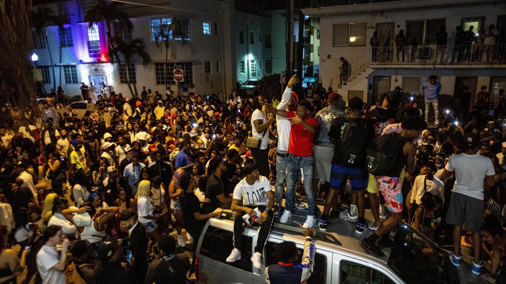 Massen junger Menschen stellen Miami Beach auf den Kopf.