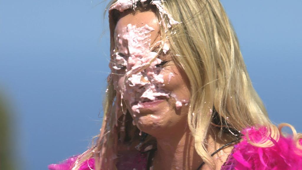 Falscherweise hat Nicole von Julia eine Ladung Milchshake ins Gesicht bekommen. Denn eigentlich war es Greta, die in dem Post gemeint war.