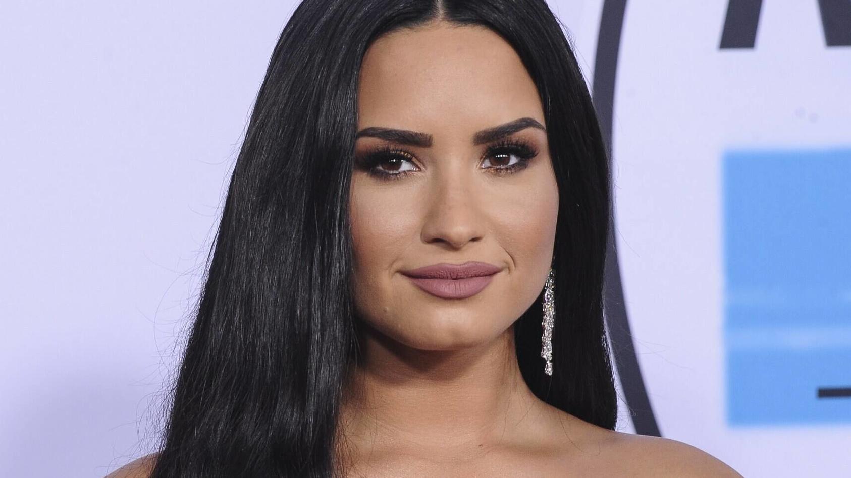 Demi Lovato zeigt sich in einem sexy Badeanzug