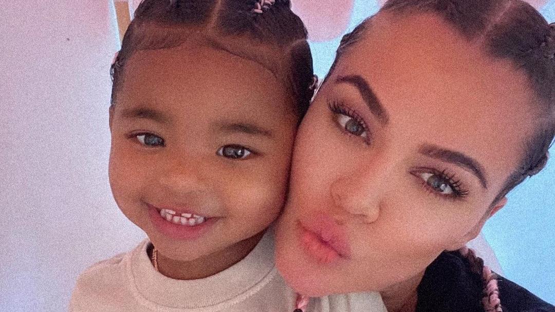 True Thompson gibt ihr TV-Werbedebüt mit Mama Khloé Kardashian.