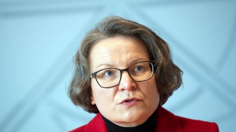 Ina Scharrenbach (CDU), Ministerin für Heimat, Kommunales, Bau und Gleichstellung in NRW, spricht. Foto: Federico Gambarini/dpa