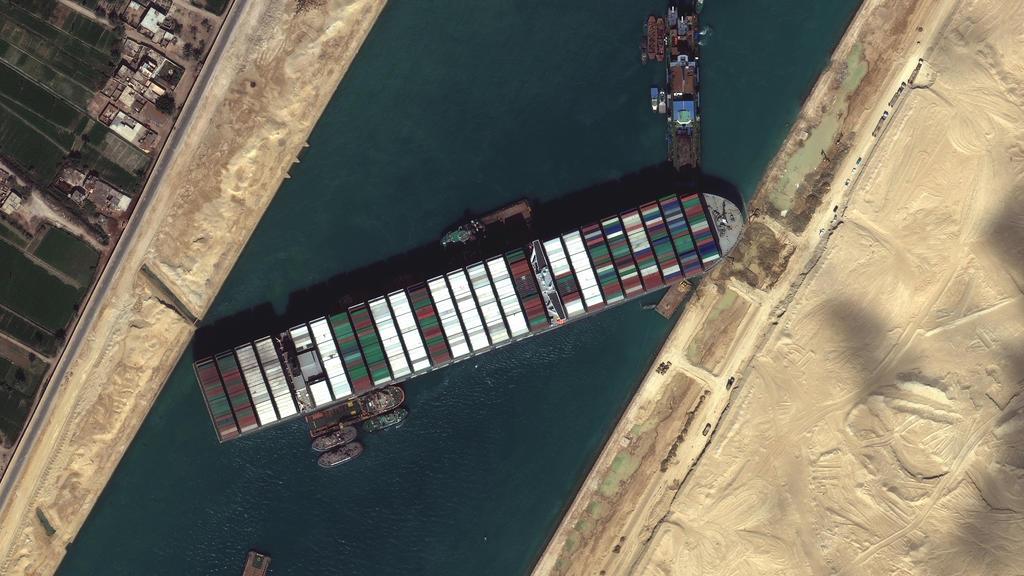 """Ein Satellitenbild zeigt das festgesetzte Containerschiff """"Ever Given"""" im Suezkanal."""