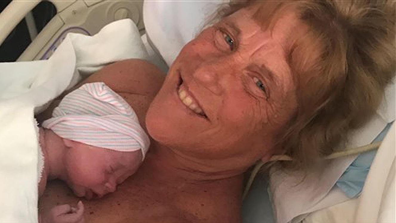 Barbara Higgins wurde mit 57 Jahren noch einmal Mutter.