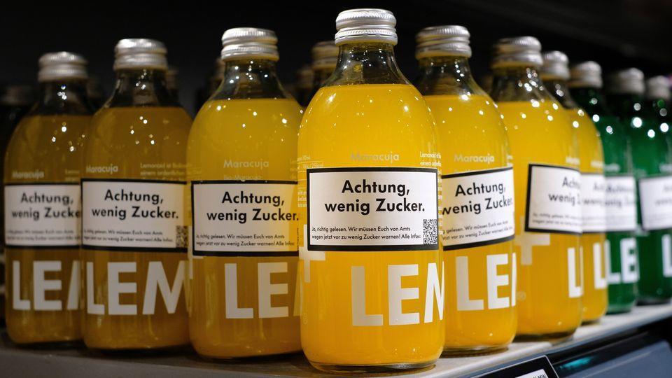 Lemonaid ergänz ironisch gemeinten Warnhinweis, sonst wären Millionen von Glasflaschen unbrauchbar.