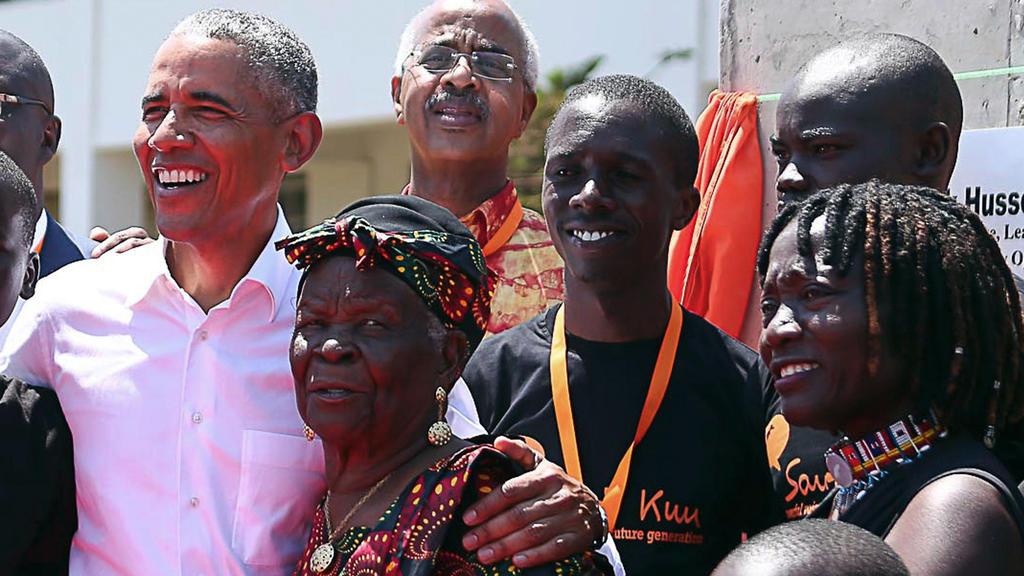 Dieses Foto zeigt Barack Obama, seine Stief-Oma und seine Schwester Auma 2018 gemeinsam in Kenia.