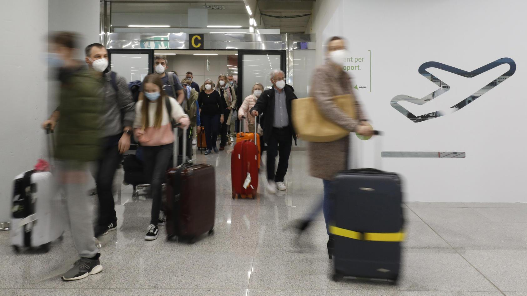Gesundheitsminister Jens Spahn will für alle Flugreisende ab Dienstag eine Corona-Testpflicht einführen.