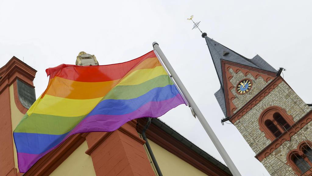 Nachdem der Vatikan verkündete, homosexuelle Paare weiterhin nicht segnen zu wollen, zeigt eine Protestaktion jetzt Flagge: An der rheinhessischen Katholischen Kirche St. Georg in Nieder-Olm wurde die Regenbogenfahne gehisst als Zeichen für Toleranz