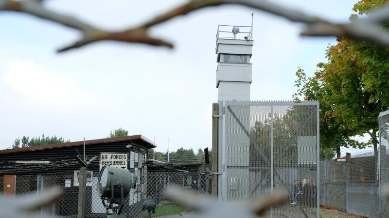 Blick durch einen rekonstuierten DDR-Grenzsperr- und Signalzaun auf das Grenzmuseum Schifflersgrund. Foto: Uwe Zucchi/dpa/Archivbild
