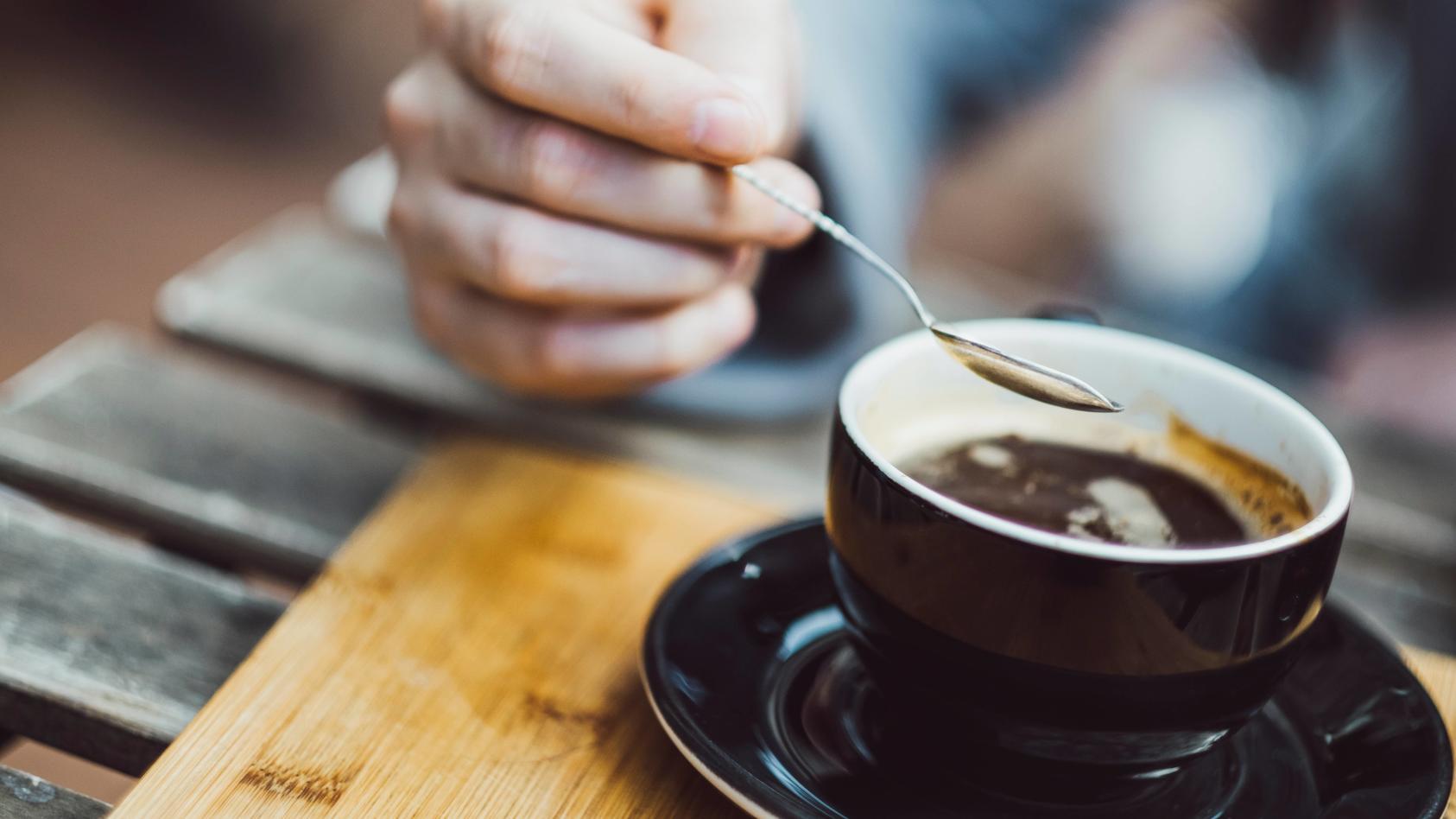 Die medizinische Forschung ist sehr daran interessiert, was Kaffeekonsum bei Menschen langfristig bewirkt.